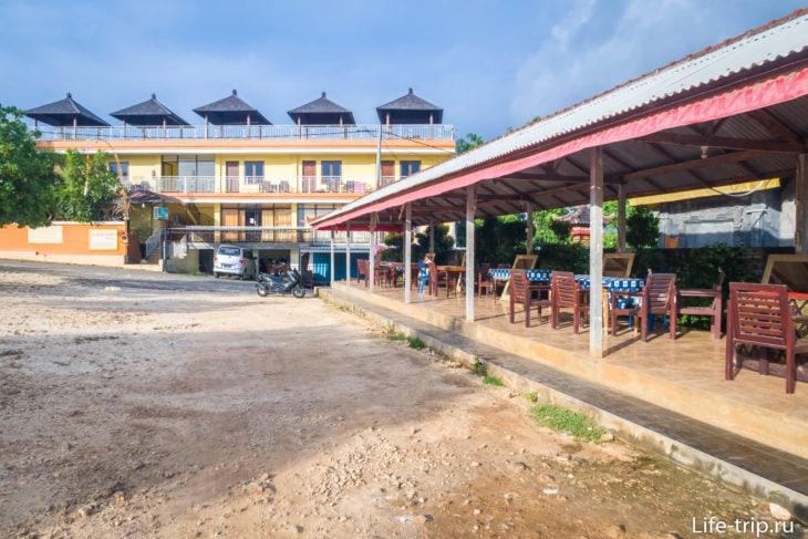 В конце здания, справа – поворот на лестницу главного входа на пляж Баланган