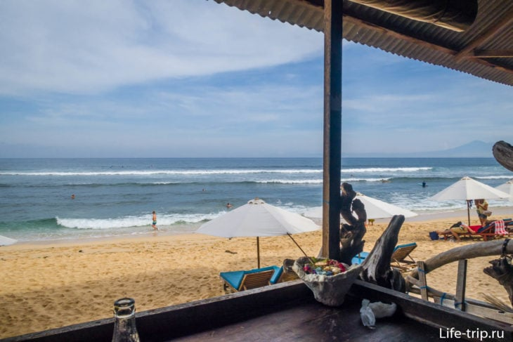 Вид из одной из кафешек на пляже