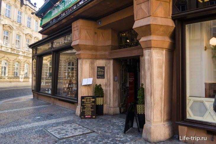 Вход в подъезд, колонны и портал в стиле кубизма
