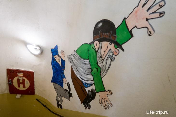 На лестнице – рисунок, как Швейк спускает с лестницы мрачного господина