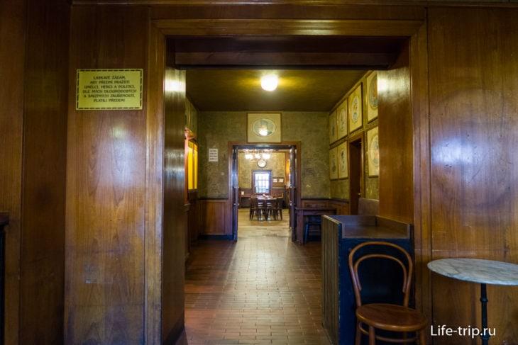 Вид в сторону главного зала от входной двери