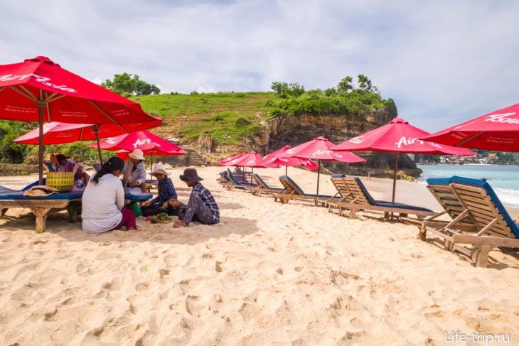 Есть не особо назойливые пляжные продавцы