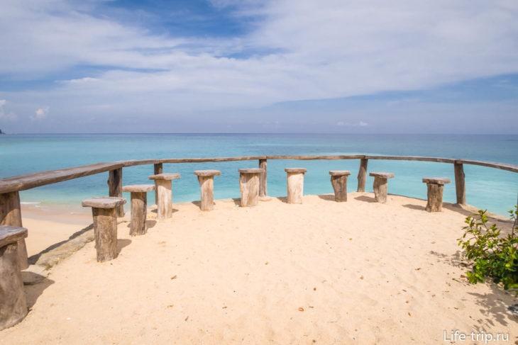 Столики пляжного бара