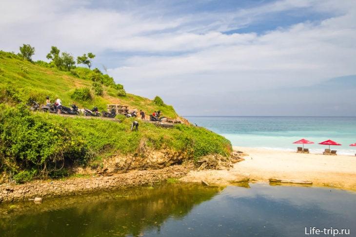 Канал не портит пляж, но во время сезона дождей тут сильная промоина в песке