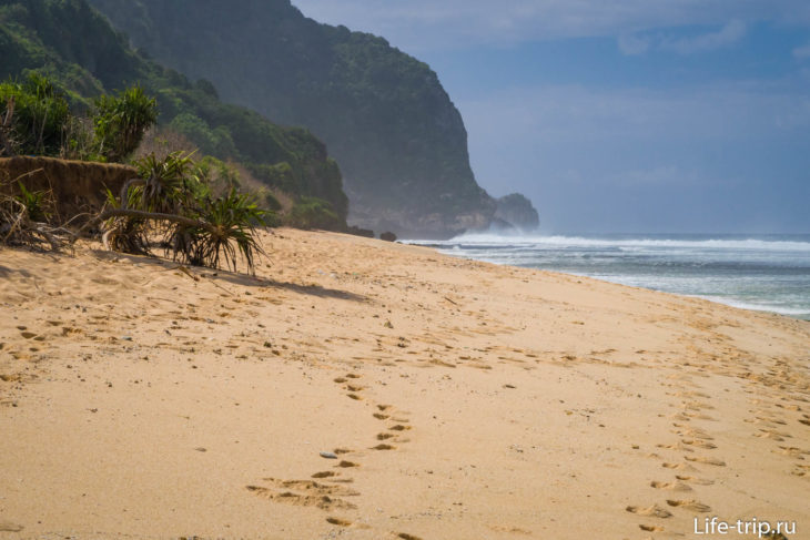 Пляж Нунггалан (Nunggalan Beach) на Бали – берег разбитых кораблей