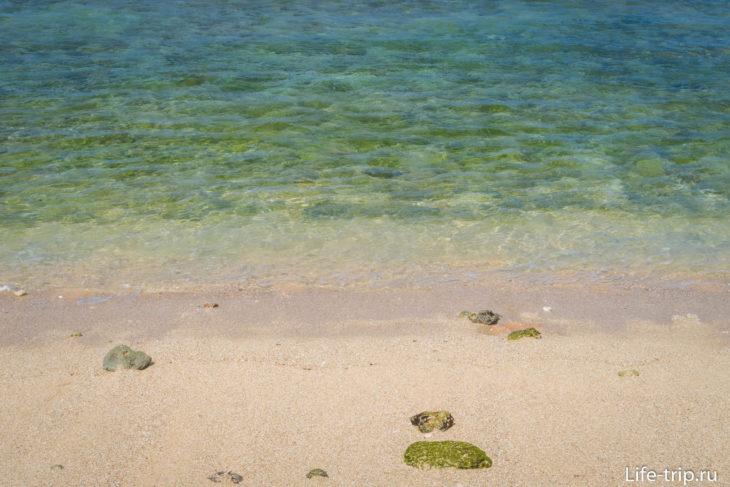 Хорошо видно зелёные камни под водой