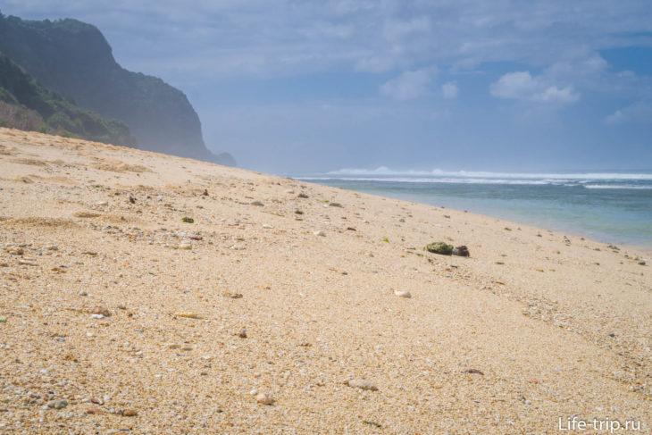 Уклон берега небольшой, поэтому вода уходит далеко при отливе