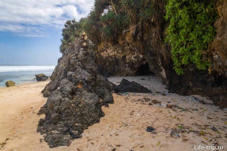 Дальний правый край пляжа, за скалами начинается Ньянг Ньянг