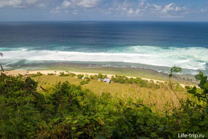 Пляж Нунггалан сверху, видно возвышенность с кустарником