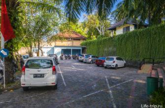 Часть парковки у парка птиц на Бали