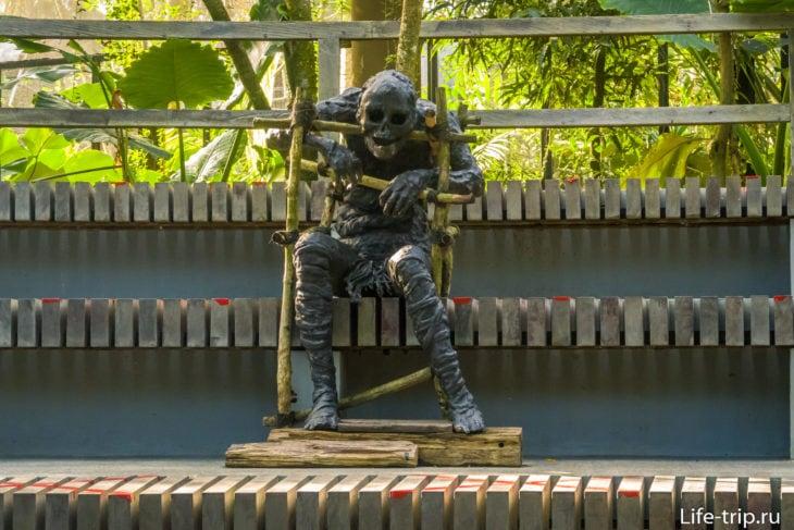 Статуя внутри павильона. Так хоронят людей в Папуа-Новой Гвинее