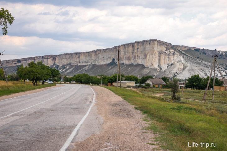 Белую скалу видно издалека, еще с трассы