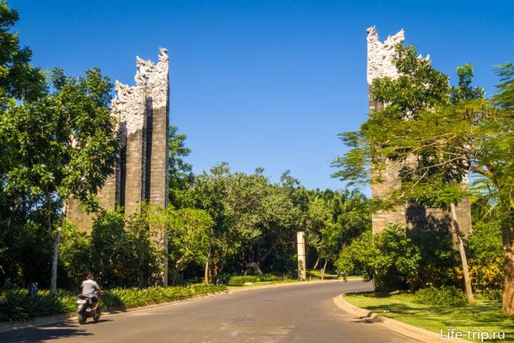 Традиционно - ворота Чанди Бентар