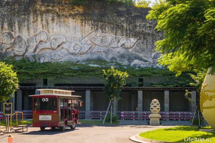 Деревянный автобус, который возит людей от парковки до кассы