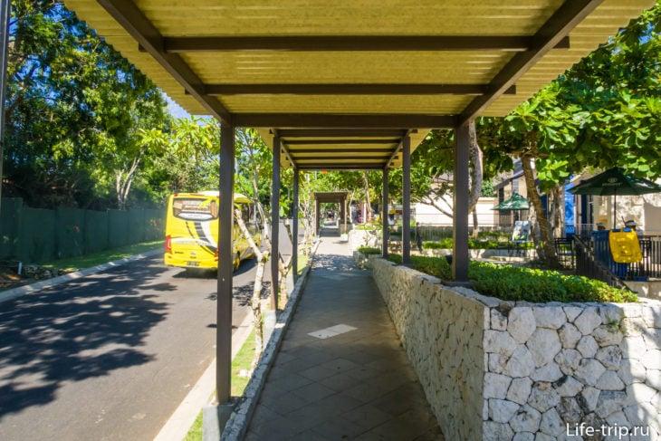 Пешеходная дорожка от касс ко входу в парк