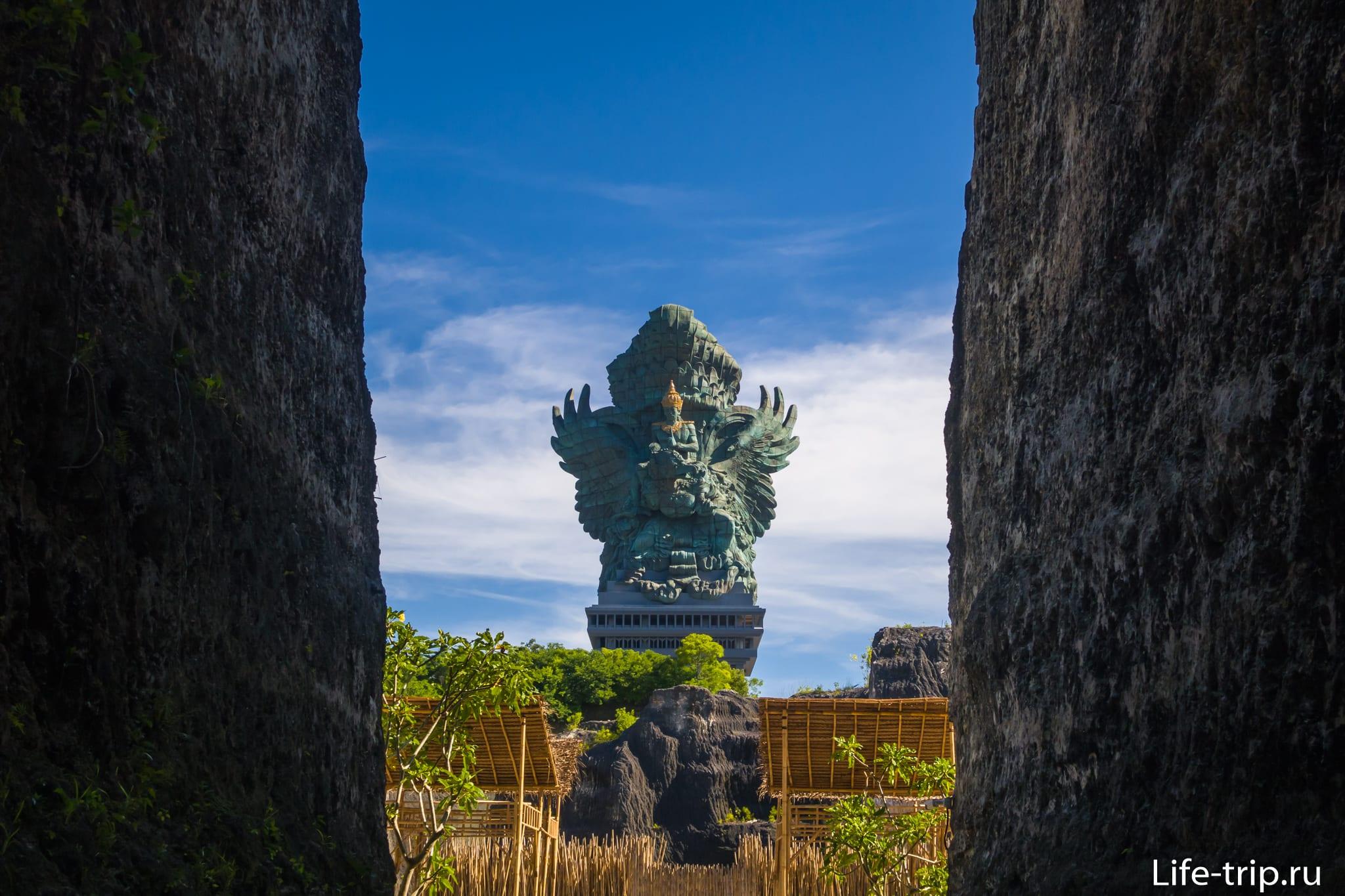 Гаруда Вишну Кенчана статуя на Бали