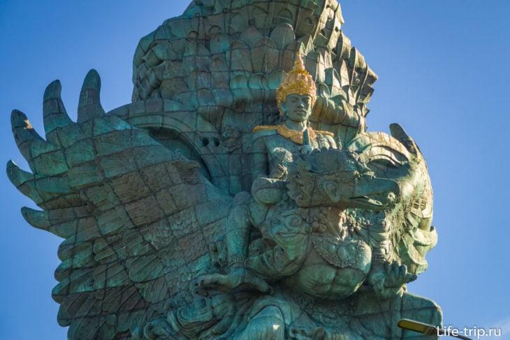 Статуя изготовлена из блоков, отлитых на Яве