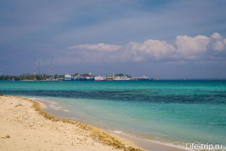 С берега видно Гилиманук и его порт