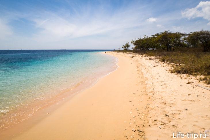 Пляж потрясающий и пустынный. Течение сильное, как в реке