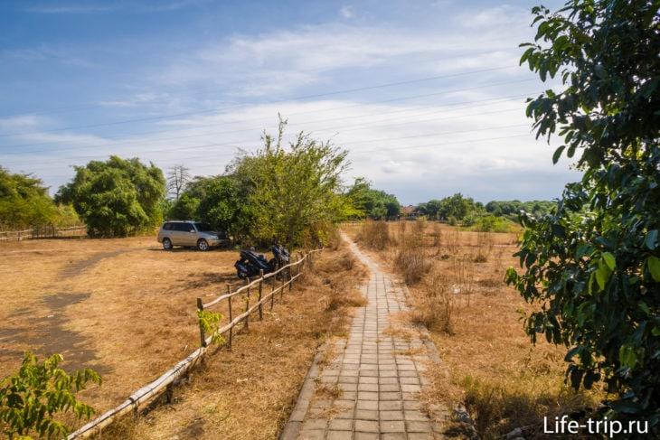 Территория Karang Sewu. Слева парковка.