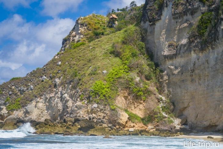 Справа хорошо видно бетонные ступени, которые уходят вверх к домику на скалах.
