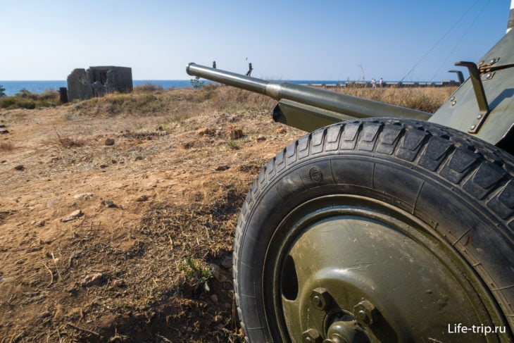 Образцы вооружения в траншее на левом фланге