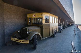 Образцы автотехники вдоль стен Пантеона Славы