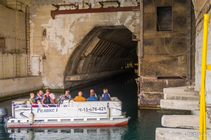 Начало водного тоннеля для морской экскурсии