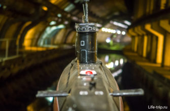 Макет подлодки, который, при желании, можно снять на фоне сухого дока