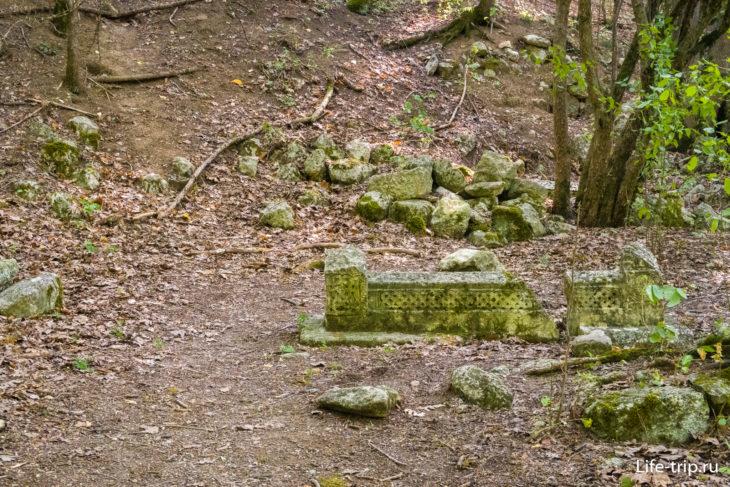 В основном кладбище – это лес с обломками вот таких надгробий