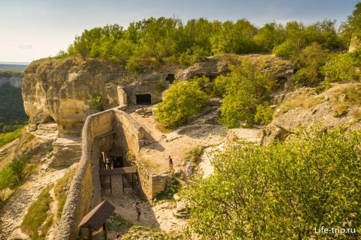 Вид на Южные ворота из пещер
