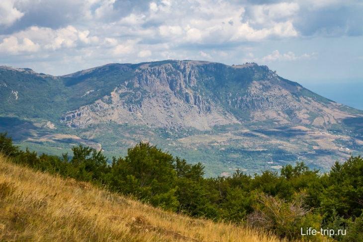 Гору Демерджи видно издалека с разных мест в Крыму