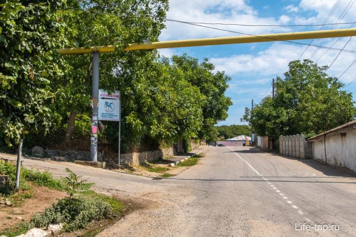 Поворот с трассы в поселок по указателям
