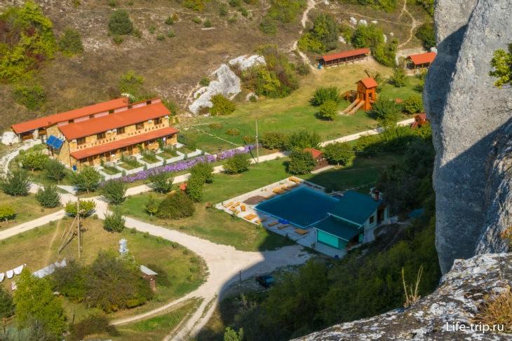 Усадьба «Эски Кермен» в Крыму. Вид со скал пещерного города