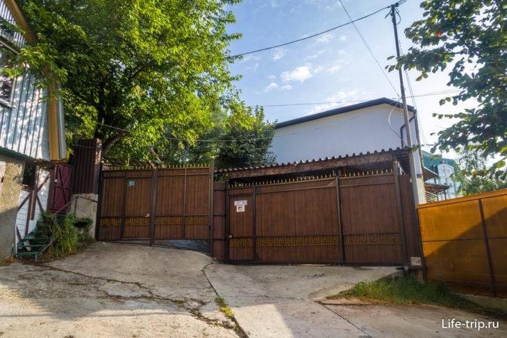 Ворота перед апартаментами