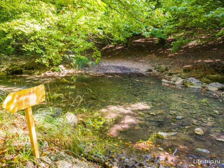 В этом месте можно перейти реку по камням и пойти по хорошим настилам на водопад