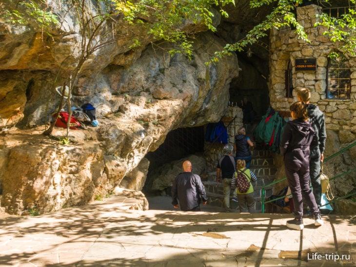 Вход в Красную пещеру. Желающие могут взять куртки бесплатно.