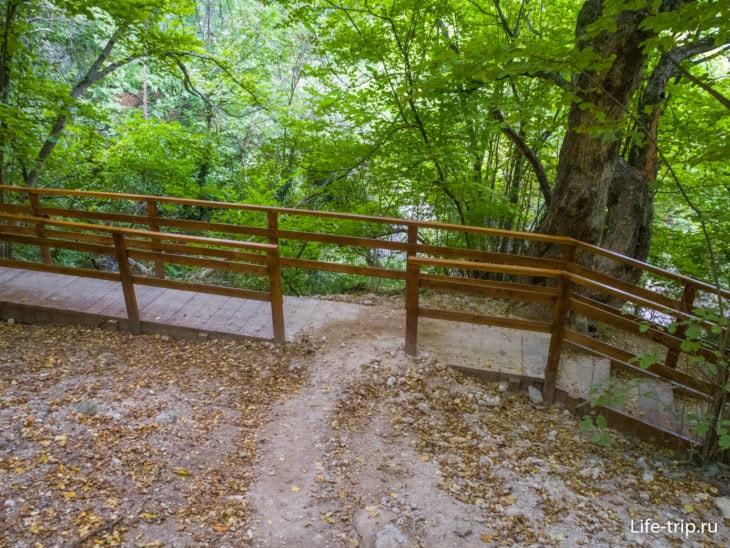 Напротив туалета есть тропа, которая выходит здесь на мостки. Налево - к водопаду