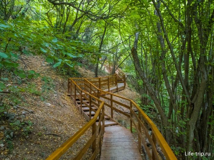 Мостки и лестницы ведут вас до водопада  и потом по ним можно спуститься с обратной стороны потока