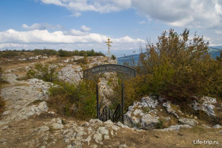 Калитка монастыря, за ней - крутая лестница вниз