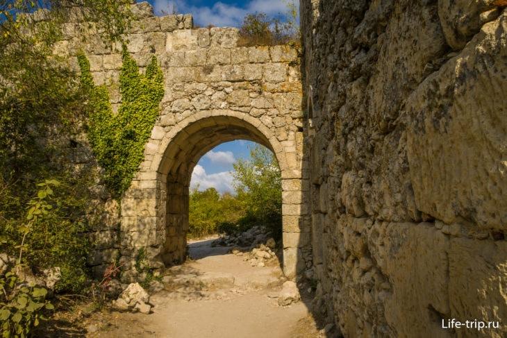 Остатки крепостной стены Мангуп Кале