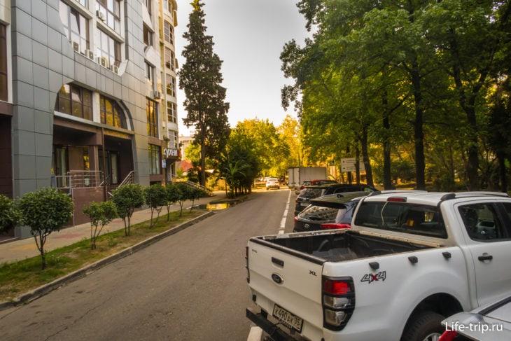 Если места на своей парковки нет, машину ставят на обочине