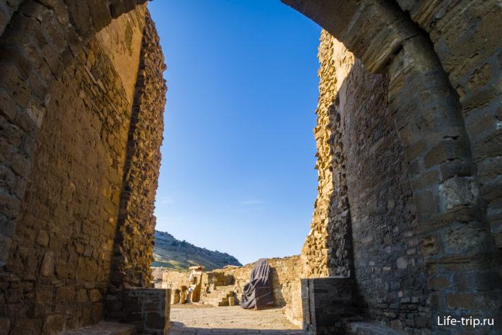 Вид изнутри привратных укреплений