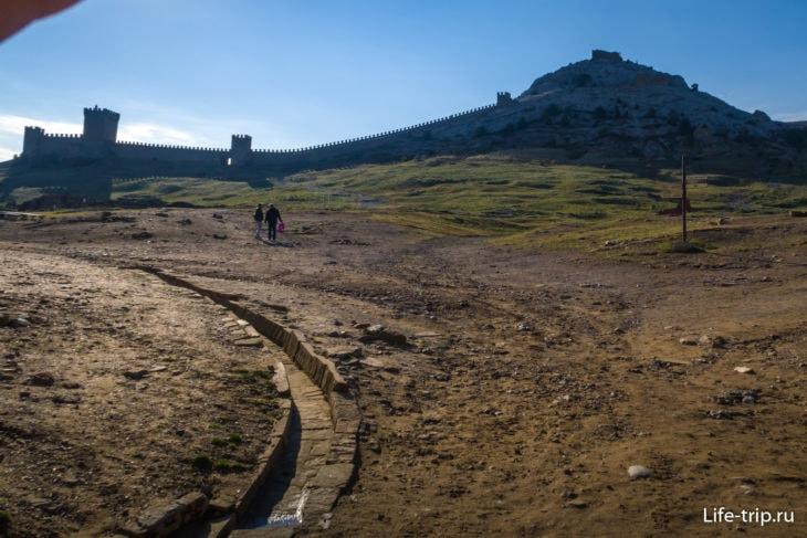Внутренняя территория Судакской крепости – это пустырь