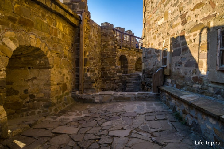 Двор около Храма с аркадой
