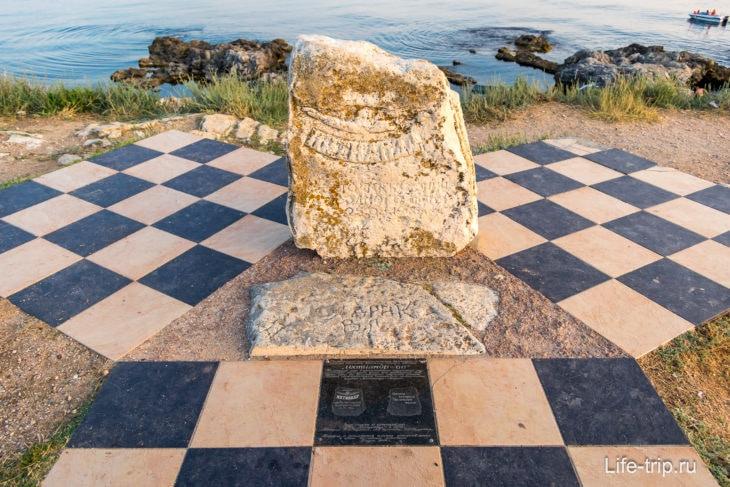 Тут же памятник Ихтиандру