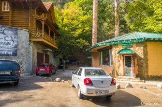 Парковка и кафе перед входом на тропу к водопаду