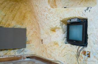 В обеих пещерах на стене установлены ИК обогреватели (серый слева)