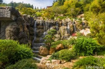 Водопад стекающий с Японского сада