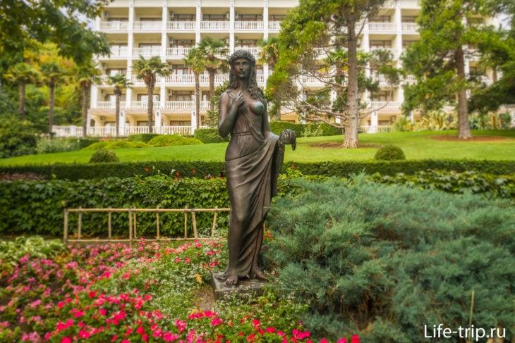 Статуя Флоры в саду Весна